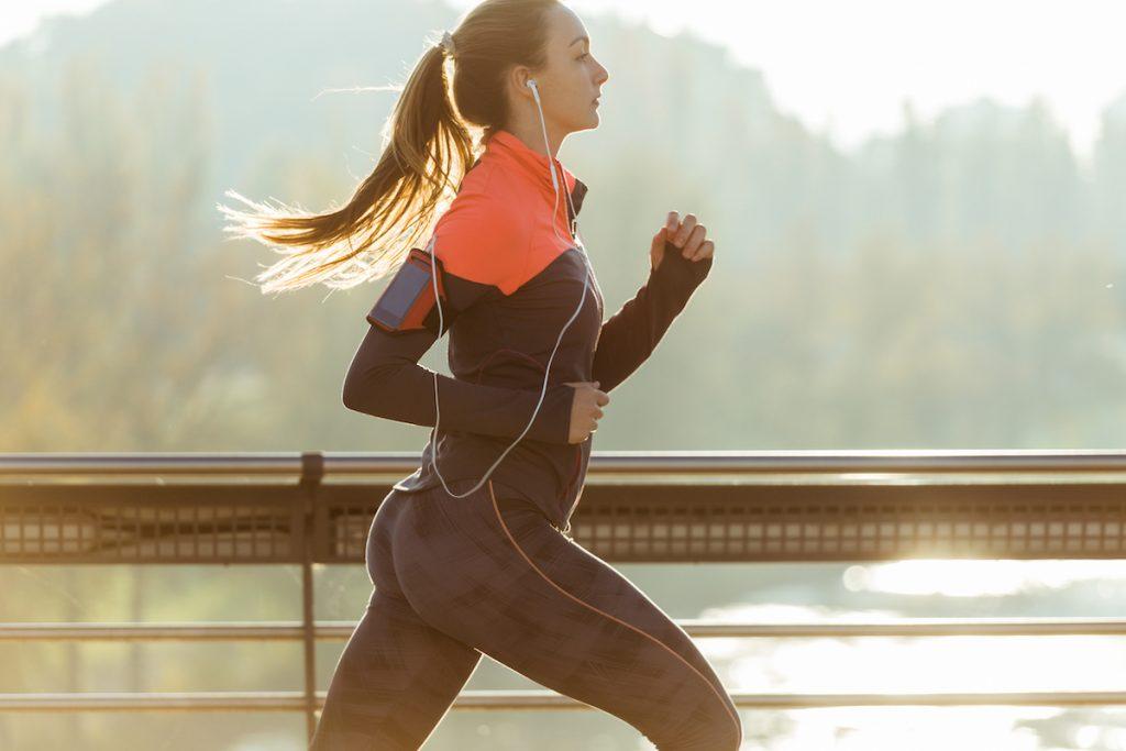 mujer corriendo con reloj deportivos