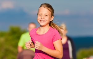 niña corriendo con reloj deportivo