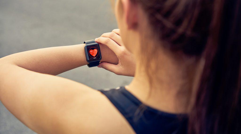 mujer con reloj deportivo